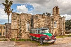 Vecchio bus e vecchia chiesa Fotografia Stock