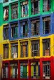 Vecchio calcestruzzo ed edificio residenziale variopinto Fotografie Stock Libere da Diritti