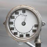 Vecchio calibro di combustibile tedesco d'annata dell'aeroplano, scala con una freccia, 0-85 litri immagini stock libere da diritti