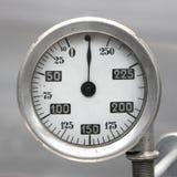 Vecchio calibro di combustibile tedesco d'annata dell'aeroplano, scala con una freccia, 0-250 litri immagini stock