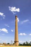 Vecchio camino con la nuvola di bianco del cielo blu Fotografie Stock Libere da Diritti