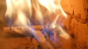 Vecchio camino di gas d'annata in cui fine di combustione del fuoco sulla vista archivi video