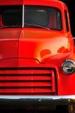 Vecchio camion arancione del Ford al tramonto Immagini Stock