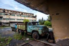 Vecchio camion arrugginito a zona industriale abbandonata Fotografie Stock