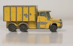 Vecchio camion avariato del giocattolo del metallo giallo Immagini Stock
