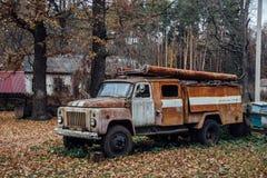 Vecchio camion dei vigili del fuoco sovietico abbandonato arrugginito nel villaggio Fotografie Stock Libere da Diritti