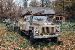 Vecchio camion dei vigili del fuoco sovietico abbandonato arrugginito nel villaggio Immagine Stock