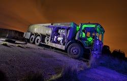 Vecchio camion di combustibile in una zona di scarico rifiuti Fotografia Stock