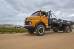 Vecchio camion giallo fotografia stock libera da diritti