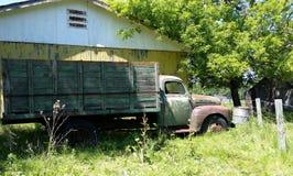 Vecchio camion pensionato del grano del ` s dell'agricoltore Immagine Stock
