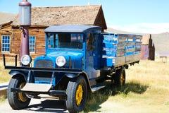 Vecchio camion su esposizione 1927 Dodge Graham vicino alle vecchie pompe di gas immagine stock