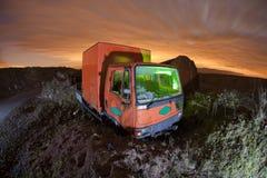 Vecchio camion in una zona di scarico rifiuti Fotografie Stock