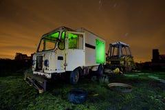 Vecchio camion in una zona di scarico rifiuti Immagine Stock
