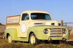 Vecchio camioncino scoperto fotografia stock libera da diritti