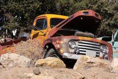 Vecchio camioncino scoperto abbandonato Immagini Stock