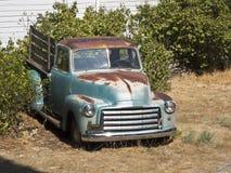 Vecchio camioncino scoperto arrugginito immagine stock