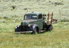 Vecchio camioncino scoperto dell'annata immagini stock