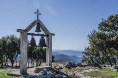 Vecchio campanile della chiesa di lamia e come fondo il mare ionico fotografia stock