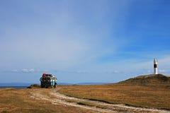 Vecchio campeggio campervan d'annata tedesco al faro ed alla baia di Porvernir, Cile immagine stock libera da diritti
