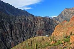Vecchio campervan d'annata tedesco sulla piattaforma di trascuratezza in canyon di Cotahuasi, Perù immagini stock