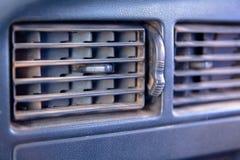 Vecchio canale del condizionatore d'aria dell'automobile fotografie stock libere da diritti