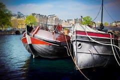 Vecchio canale della città di Amsterdam, barche. Fotografie Stock Libere da Diritti