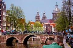Vecchio canale della città di Amsterdam, barche. Fotografie Stock