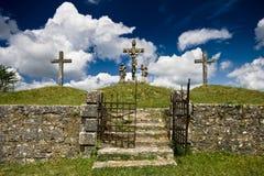 Vecchio cancello del ferro ed il calvary in Zminj Immagine Stock