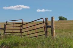 Vecchio cancello del metallo del pascolo della prateria. Immagini Stock