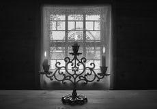 Vecchio candeliere su una tavola di legno fotografie stock