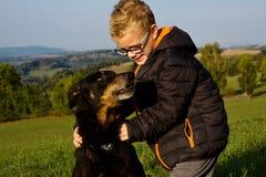 Vecchio cane con il giovane ragazzo Fotografia Stock Libera da Diritti