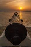Vecchio cannone al bello tramonto Fotografie Stock Libere da Diritti