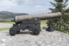 Vecchio cannone con le palle di cannone Immagine Stock