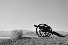 Vecchio cannone della guerra civile nel campo della montagna dell'allerta nella città fantasma del calicò Fotografia Stock