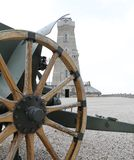 Vecchio cannone della prima guerra mondiale e del monumento dell'ossario Fotografia Stock