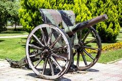 Vecchio cannone inutilizzato con le ruote fotografie stock libere da diritti