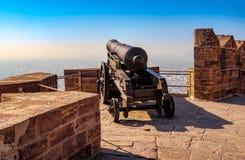 Vecchio cannone storico sulla parete della fortezza della fortificazione di Mehrangarh dentro Fotografie Stock Libere da Diritti