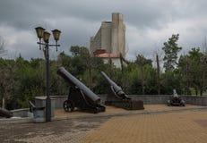Vecchio cannone vicino al museo storico di Chabarovsk fotografie stock libere da diritti