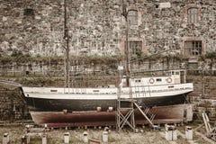 Vecchio cantiere navale arrugginito con la barca a vela abbandonata Industria nautica immagine stock libera da diritti