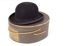 Vecchio cappello del derby che riposa sul hatbox Immagini Stock Libere da Diritti