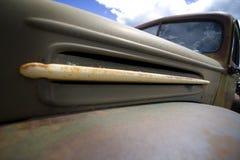 Vecchio cappuccio arrugginito sul cuscino ammortizzatore del camion dell'azienda agricola dell'annata Immagine Stock
