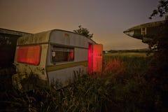 Vecchio caravan in un campo invaso Fotografia Stock Libera da Diritti