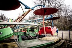 Vecchio carosello nel parco di dendro, Kropyvnytskyi, Ucraina fotografia stock