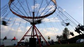 Vecchio carosello su un parco di divertimenti stock footage