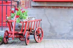 Vecchio carrello con il geranio Fotografie Stock Libere da Diritti