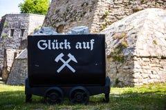 Vecchio carrello rustico della miniera di carbone immagini stock