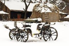 Vecchio carrello trainato da cavalli nella neve Fotografia Stock Libera da Diritti