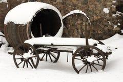 Vecchio carrello trainato da cavalli nella neve immagini stock libere da diritti
