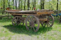 Vecchio carretto che sta in un parco Fotografia Stock