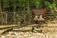 Vecchio carretto della ferrovia nel passaggio di pene dell'inferno, Kanchanaburi, Tailandia Immagine Stock Libera da Diritti